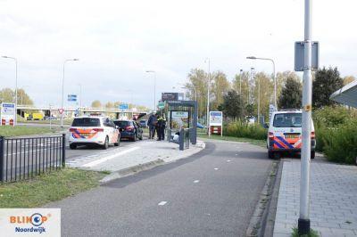 Motorrijder knalt tegen zijkant auto op de Van Berckelweg.