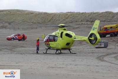 Traumaheli landt op het strand voor medisch noodgeval.