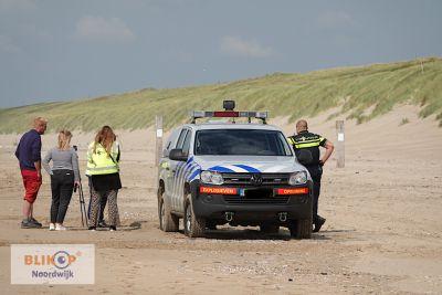 Gevonden vliegerbom van 25 kilo wordt onschadelijk gemaakt op het strand van de Langevelderslag. (Foto's + filmpje)