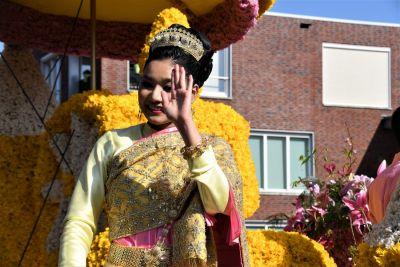 Bloemencorso rijdt door Noordwijk Binnen