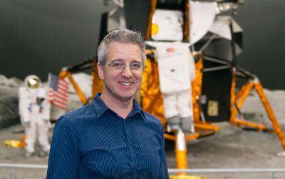 Rob van den Berg geeft college over buitenaards leven bij Van der MEER/Het Cultuurcafé.