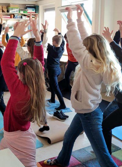 Meditatie workshop in Harry Potter stijl op De Noordwijkse School. Een internationale ontmoeting van 200 leerlingen uit vier landen.