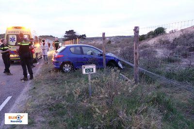 Auto dwars door hek Langevelderslag, bestuurder raakt gewond.